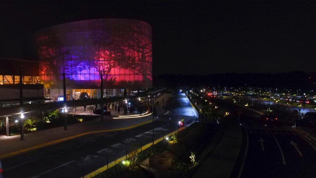 edificio conferencias nocturno